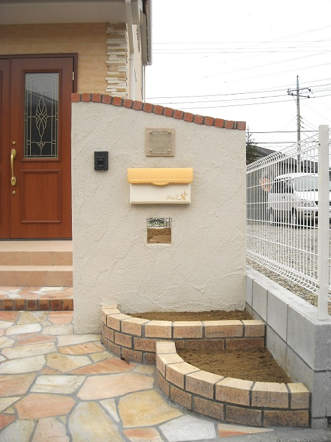 天然石をふんだんに使ったアプローチの南欧風外構 千葉県市原市