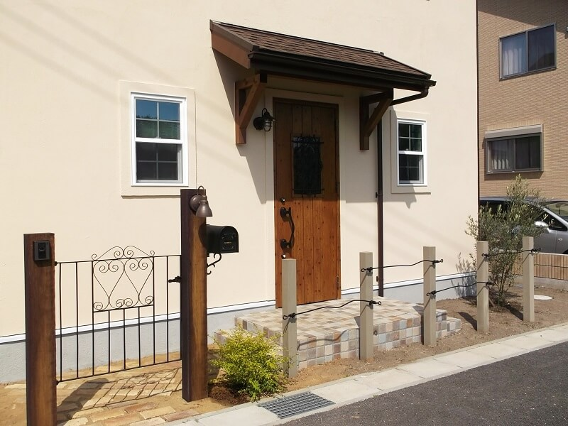 造作花壇とアイアンフェンスが可愛いフレンチカントリーの家 千葉県 鴨川市