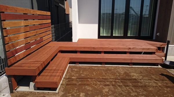 天然木を使ったウッドデッキとフェンスが印象的なお家 千葉市花見川区